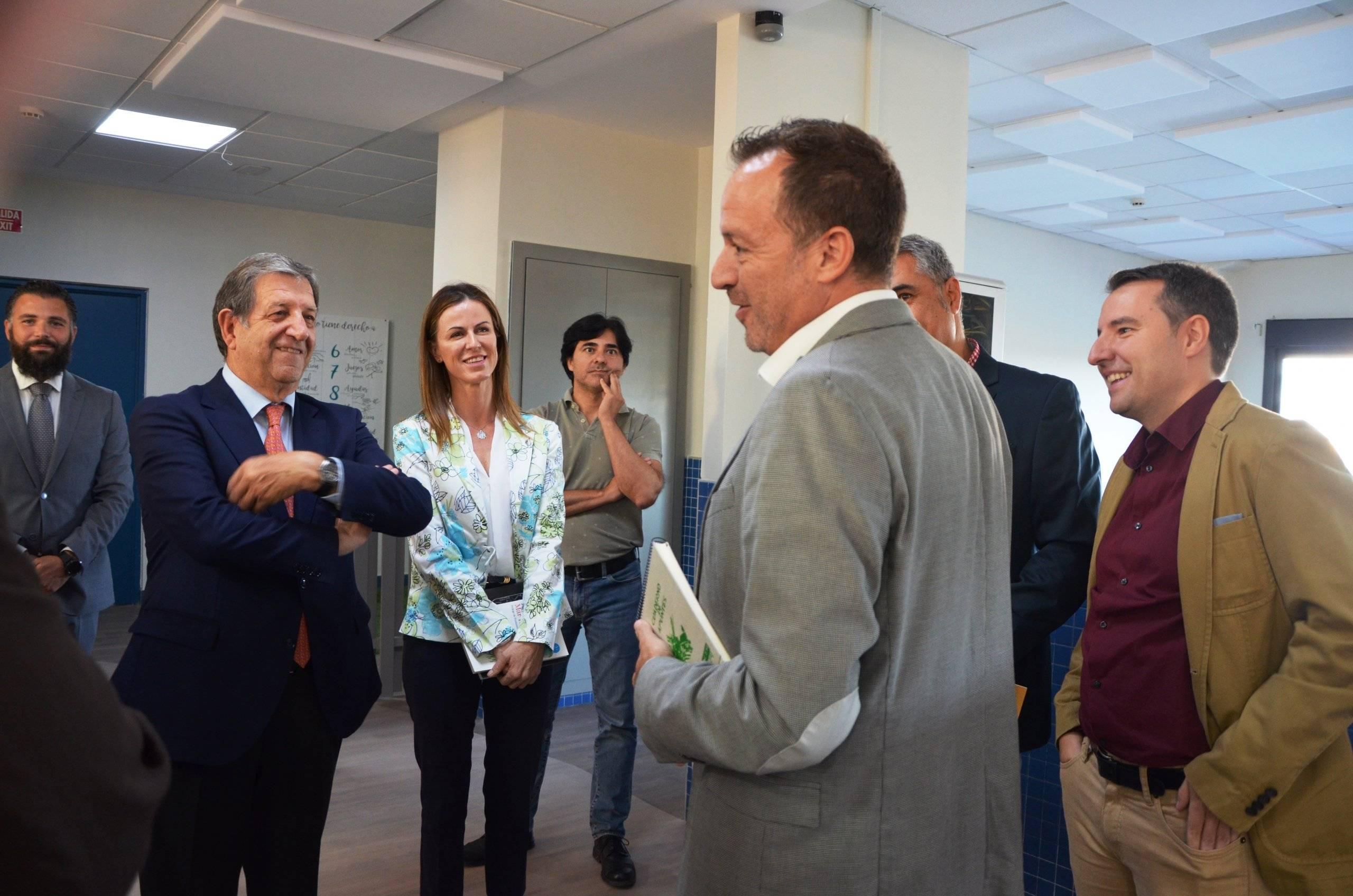 El alcalde durante la visita al nuevo espacio del colegio Arcadia