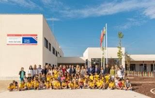 Foto de familia tras inauguración del colegio
