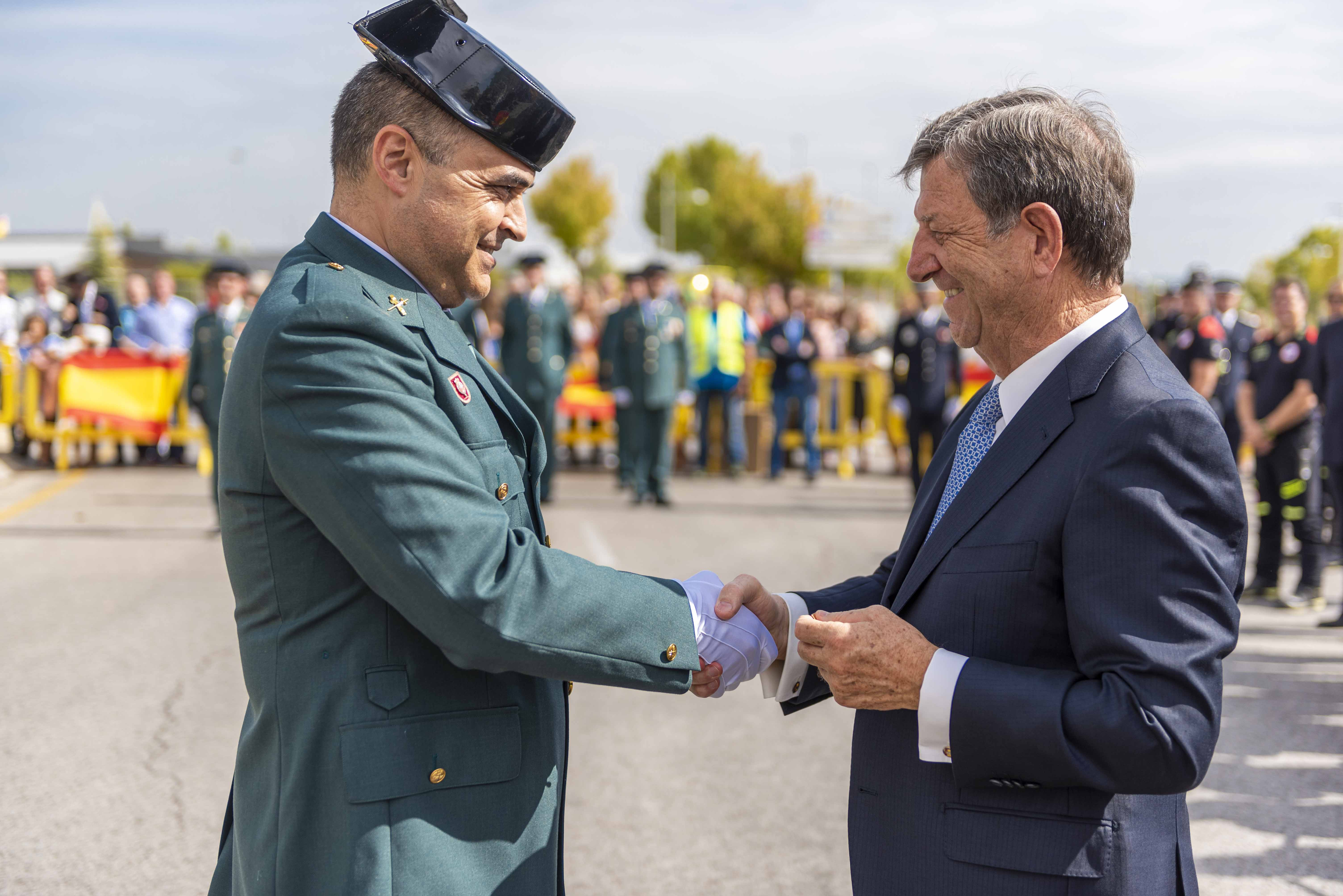 El alcalde felicitando a un guardia civil por su condecoración