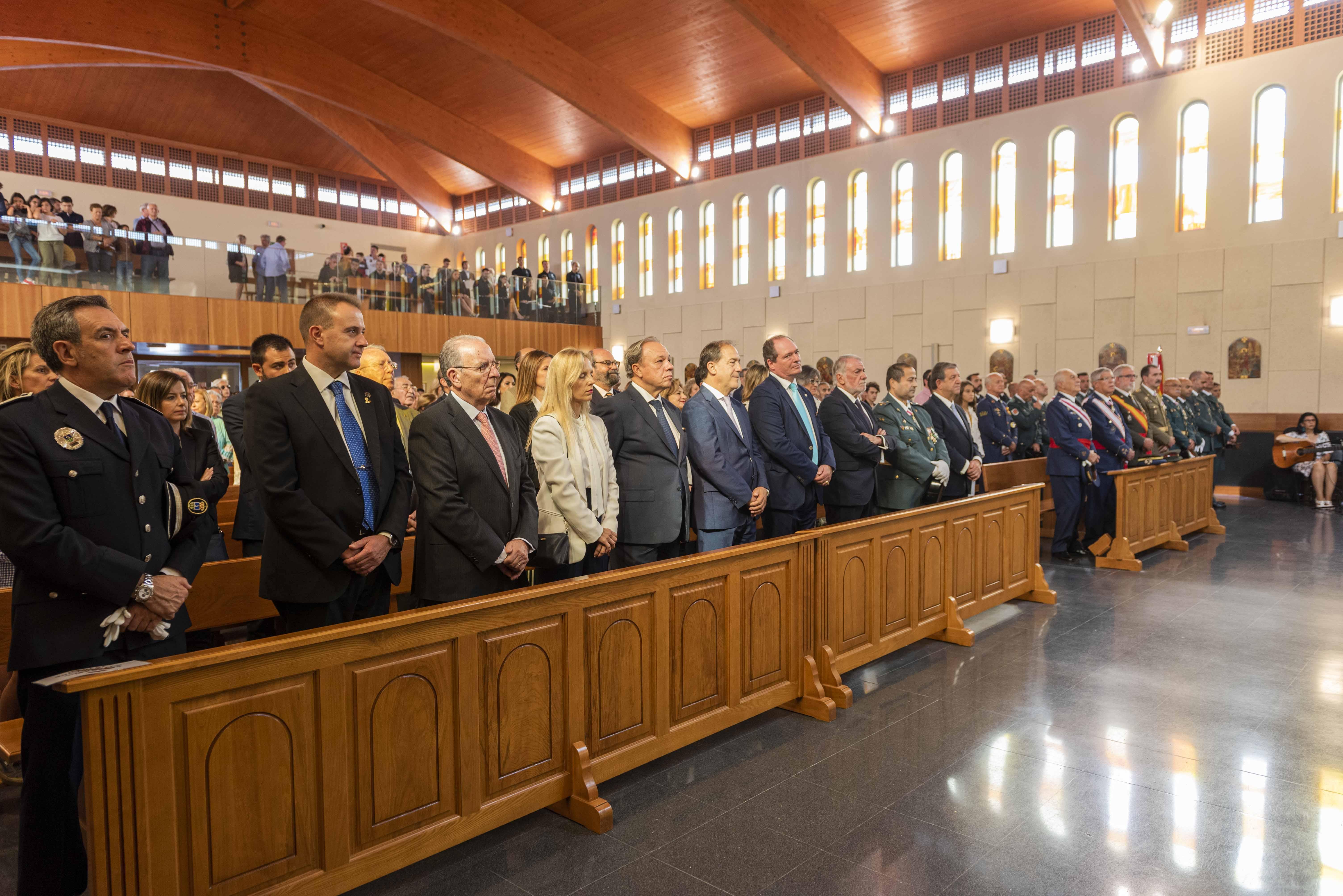 Autoridades durante la misa en honor a la Virgen del Pilar