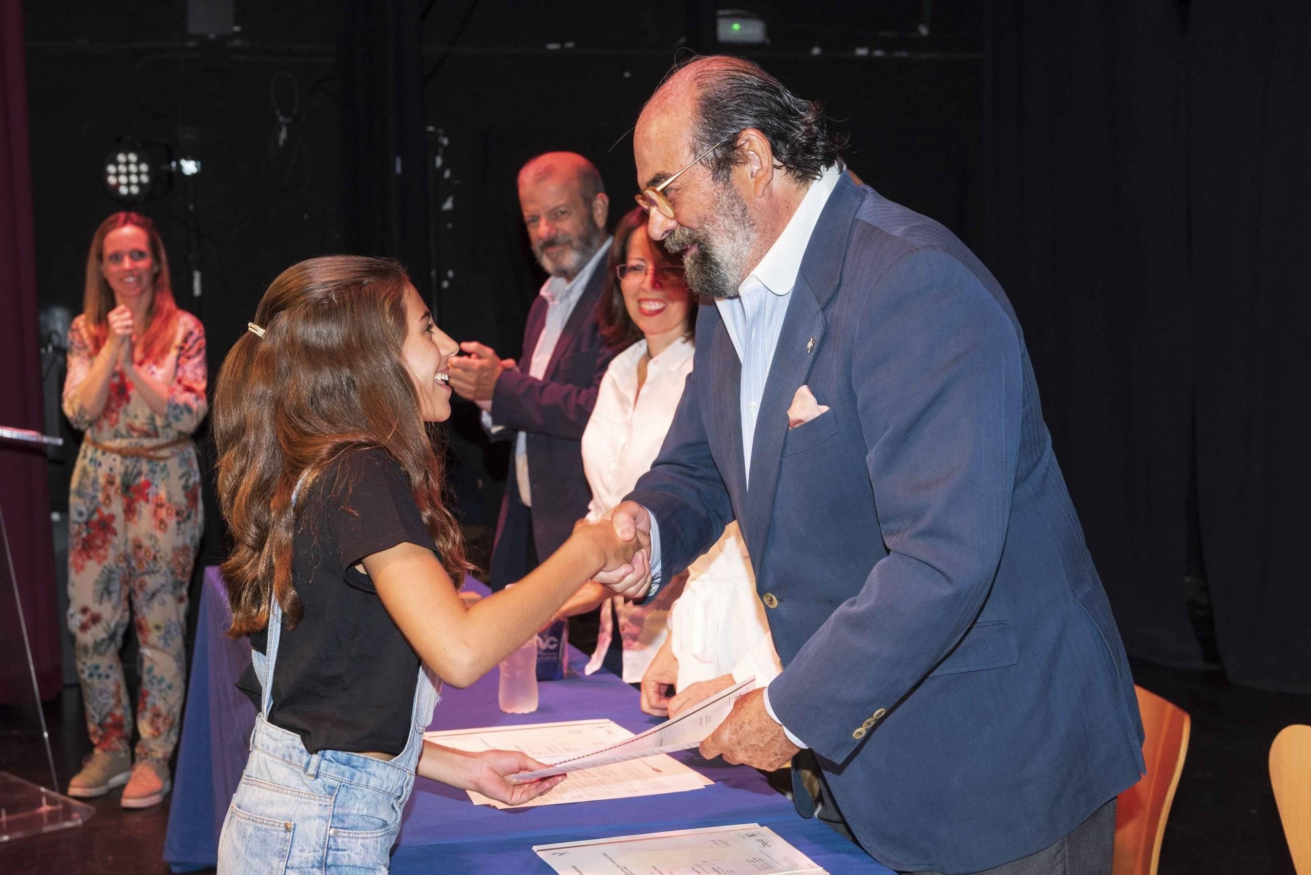 El concejal de Cultura entregando uno de los diplomas