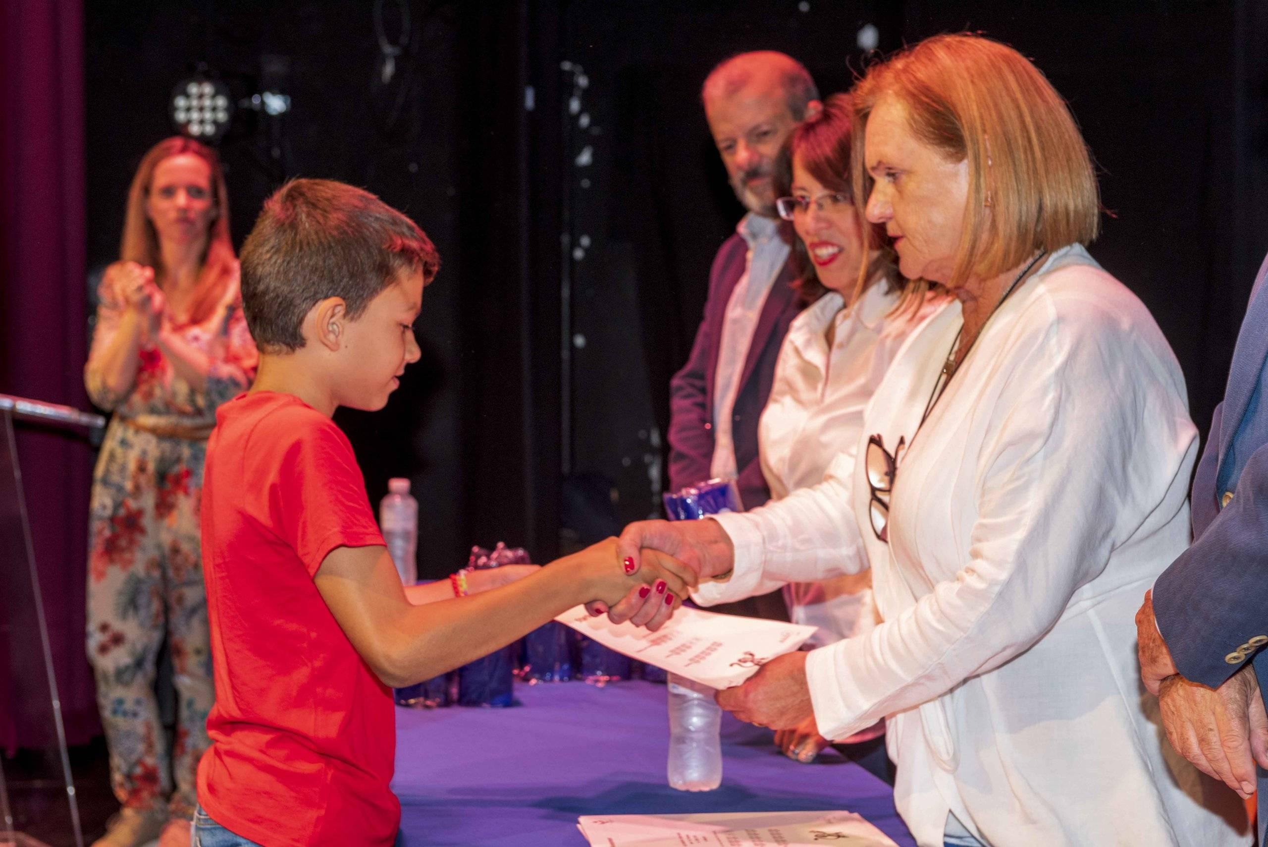 La directora de la Escuela de Inglés entregando un diploma