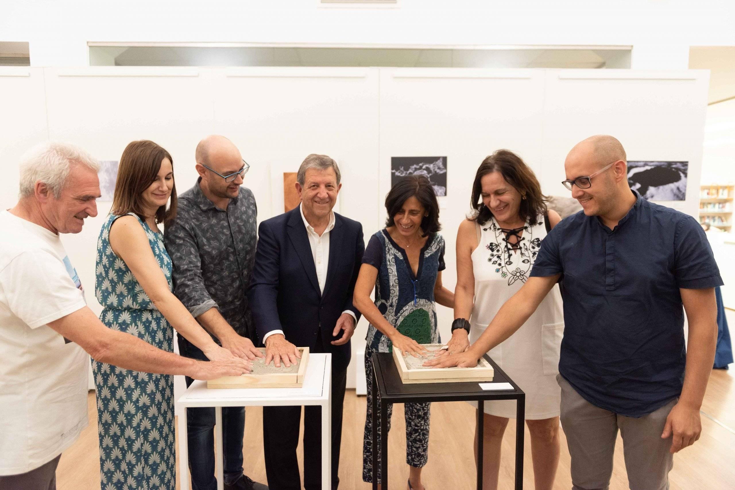 El alcalde y artistas plasmando la huella de su mano