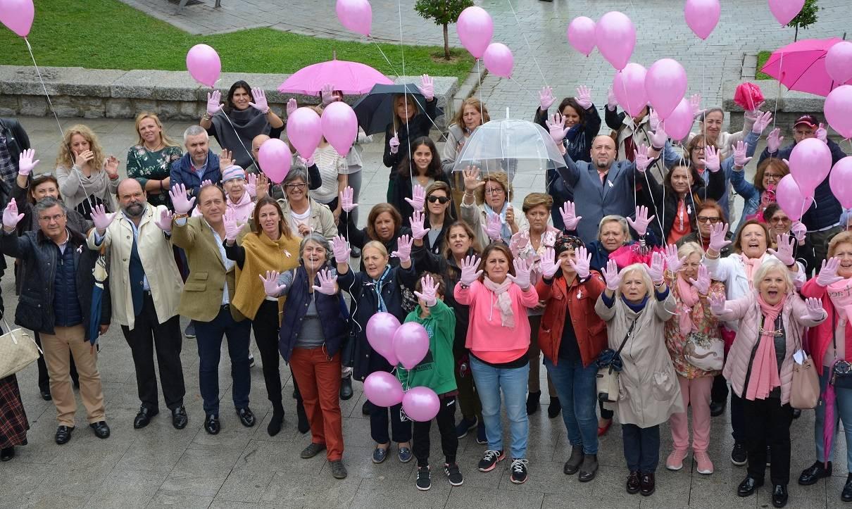 Participantes mostrando las manos con guantes rosas
