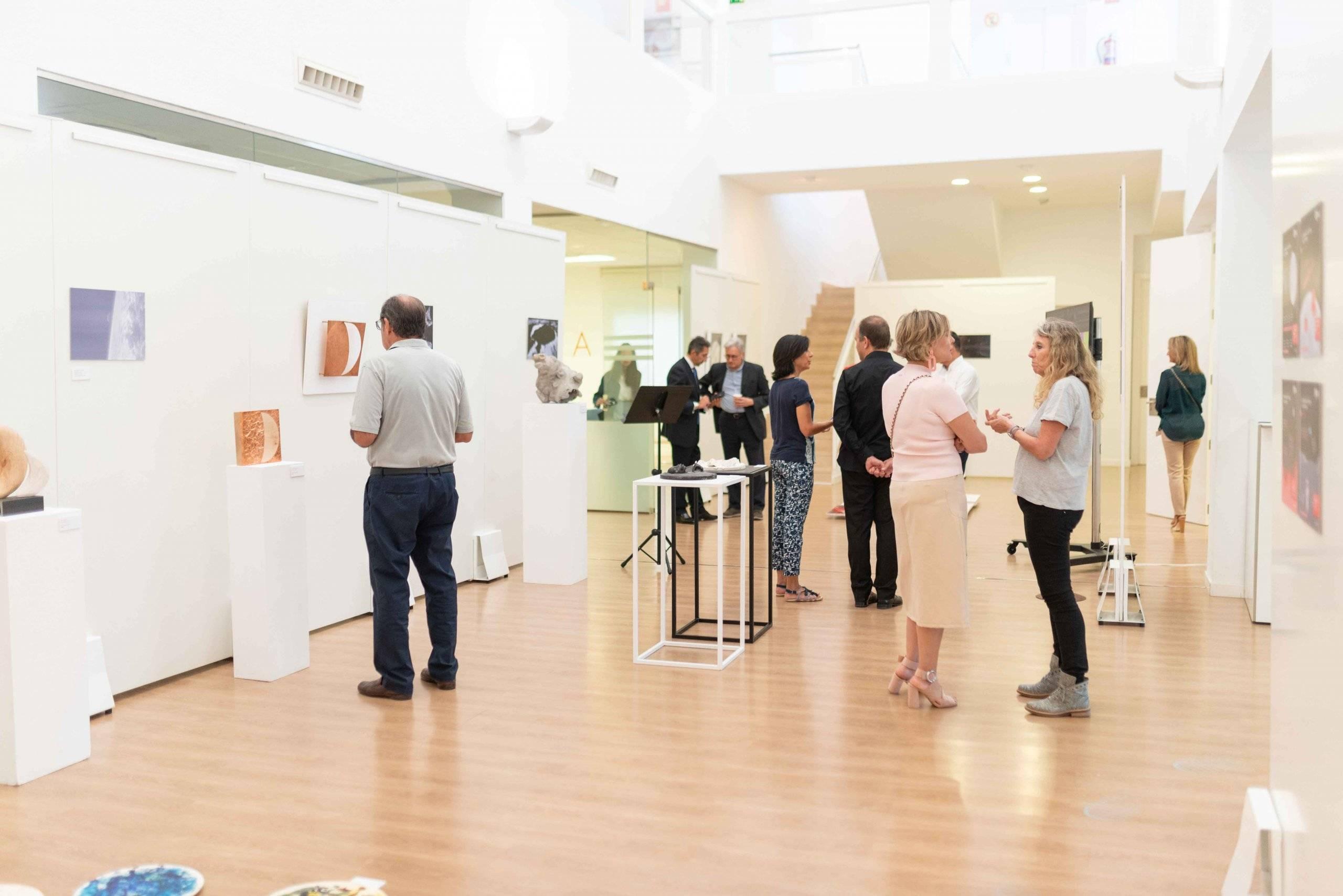 Público visitando la exposición
