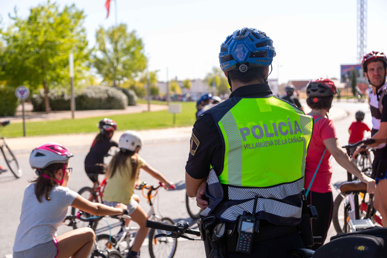 Participantes junto a un agente de Policía Local