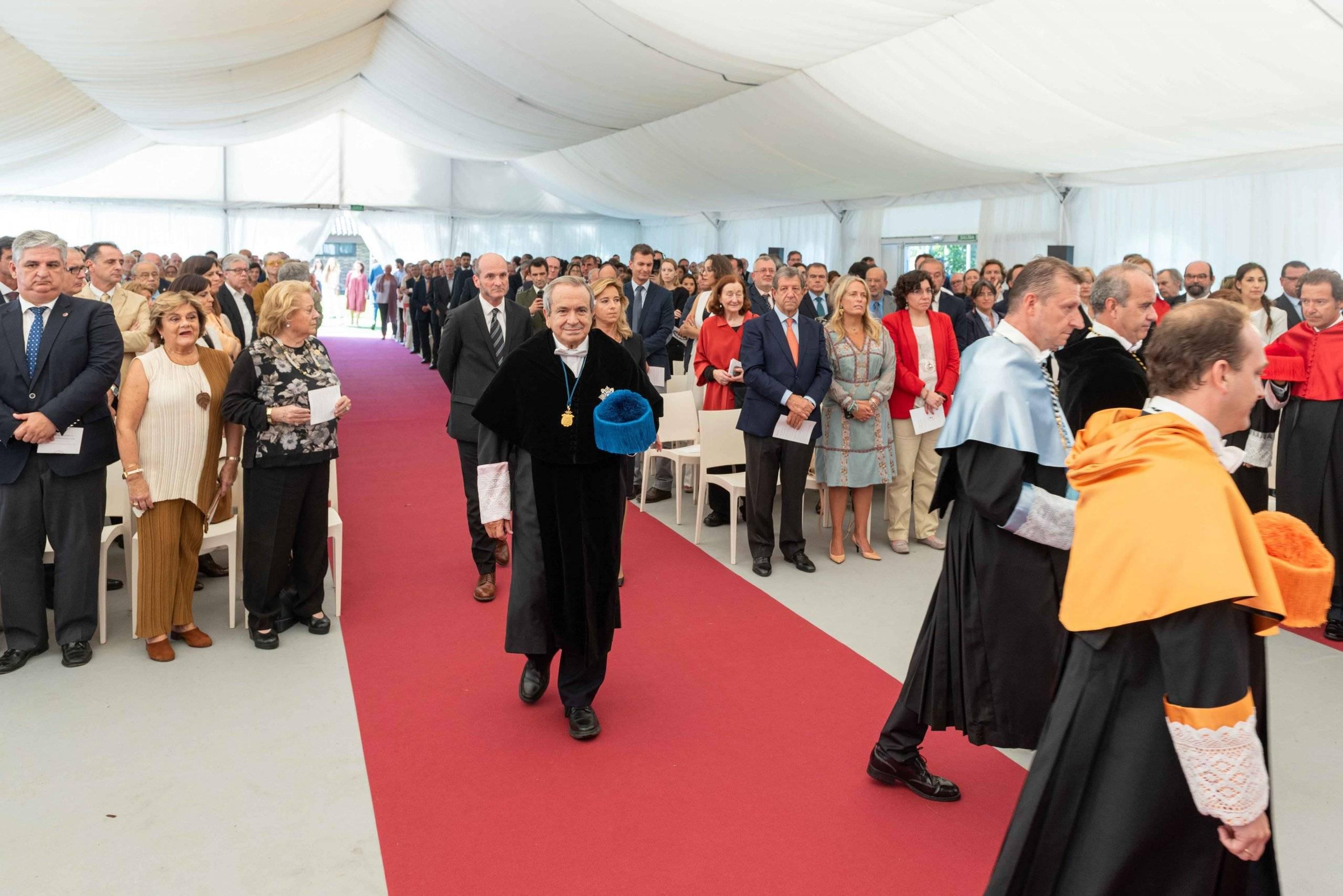 Autoridades entrando en el lugar de la ceremonia