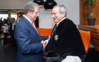 El alcalde felicitando al nuevo rector de la UCJC