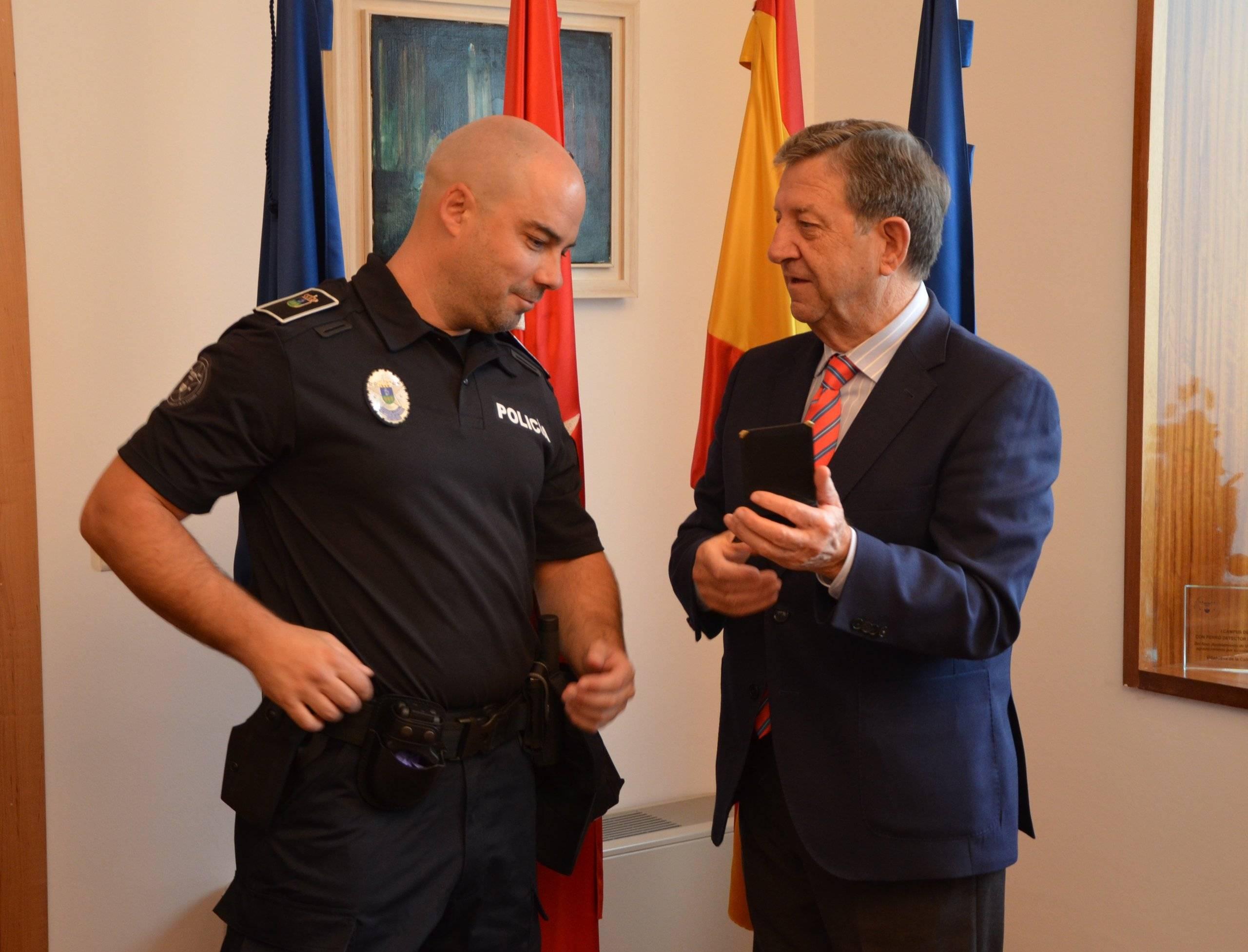 El alcalde y el nuevo agente de Policía Local, tras la toma de posesión