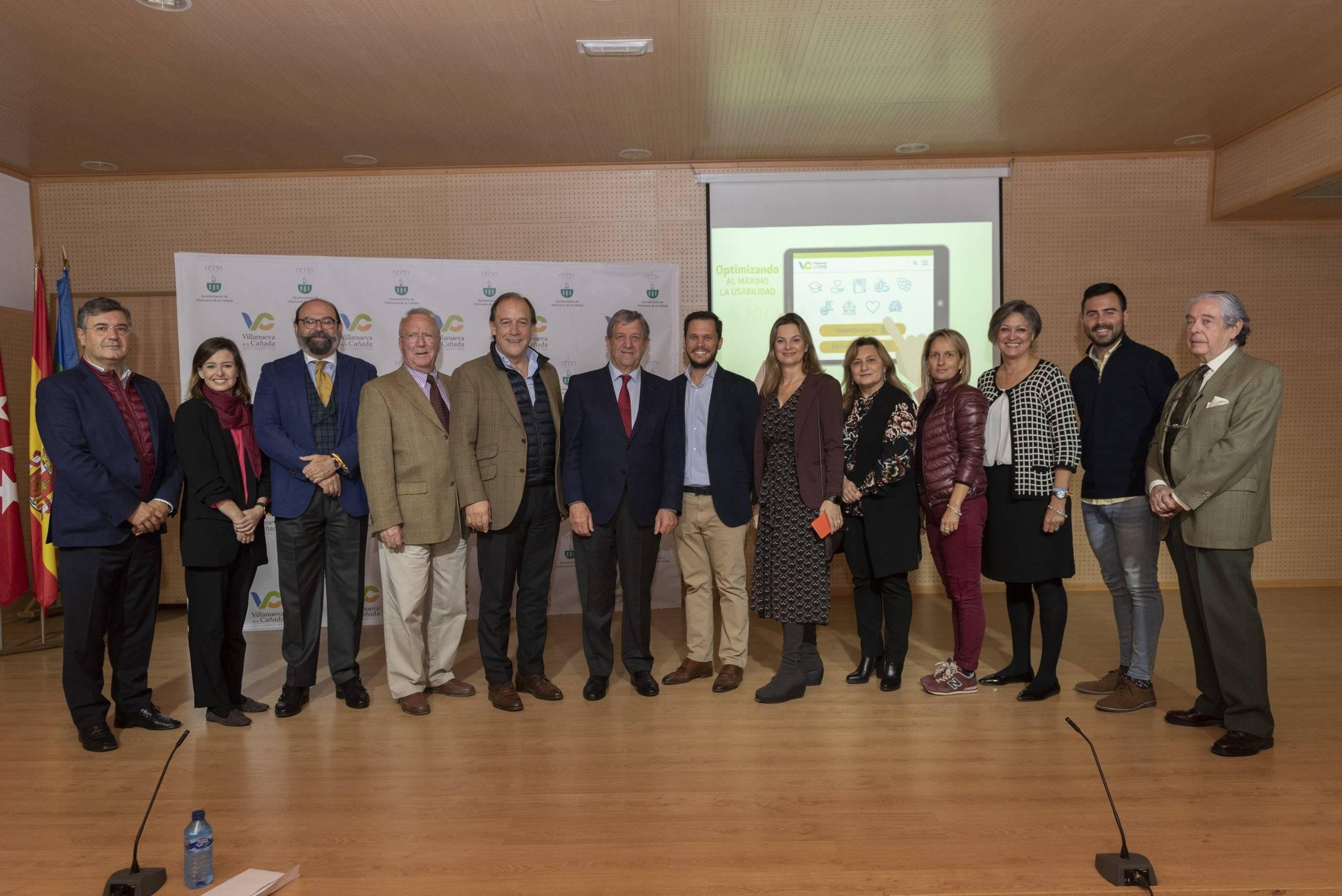 Foto de familia del alcalde junto a concejales.
