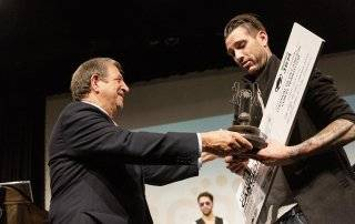 Luis Partida entrega a Marc Smith el trofeo.