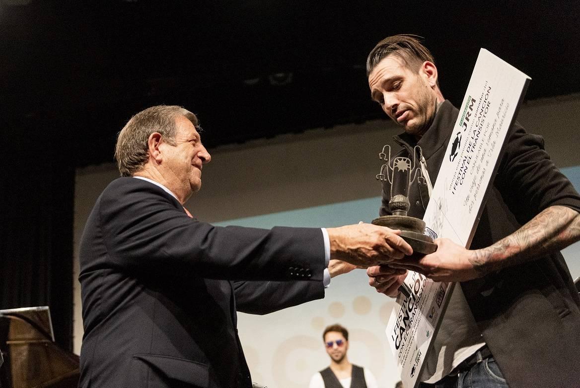 El alcalde entrega a Marc Smith el trofeo