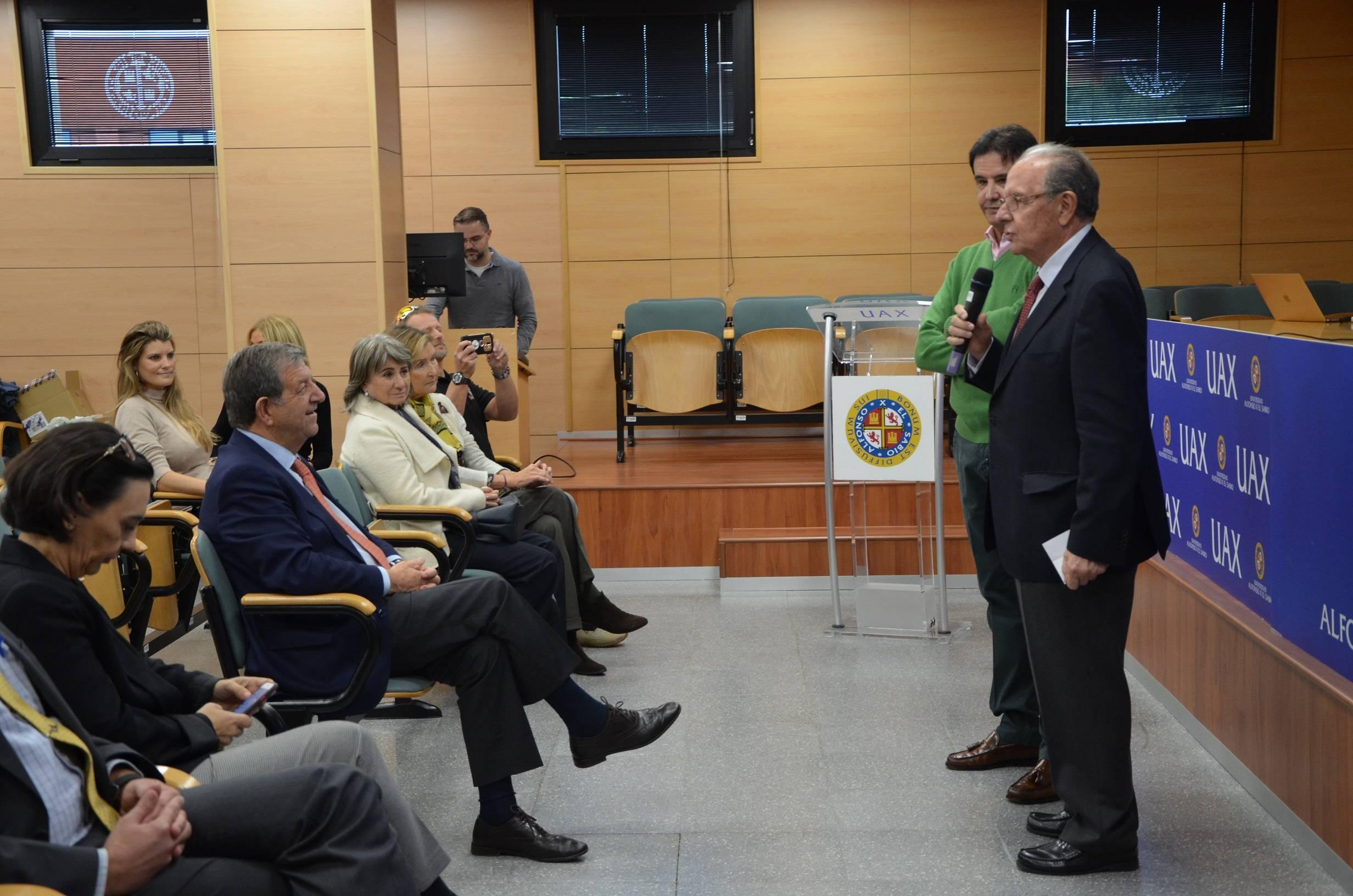 El rector de la UAX, J.Domínguez de Posada, y el periodista José Ramón de la Morena al inicio del acto.