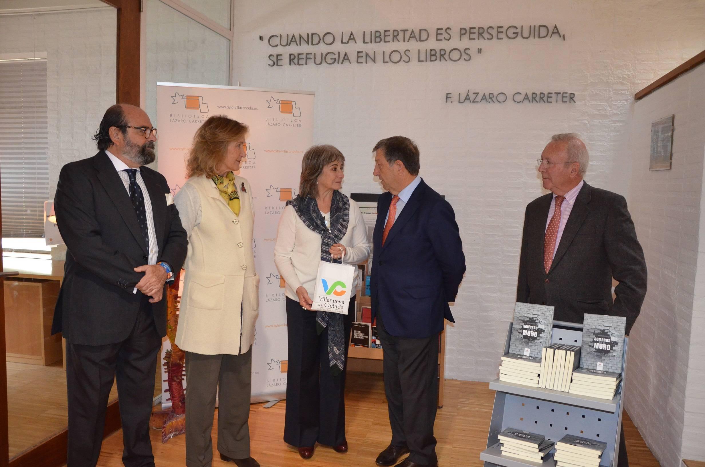 Alcalde y concejales junto a la escritora y la presidenta de la ACH.