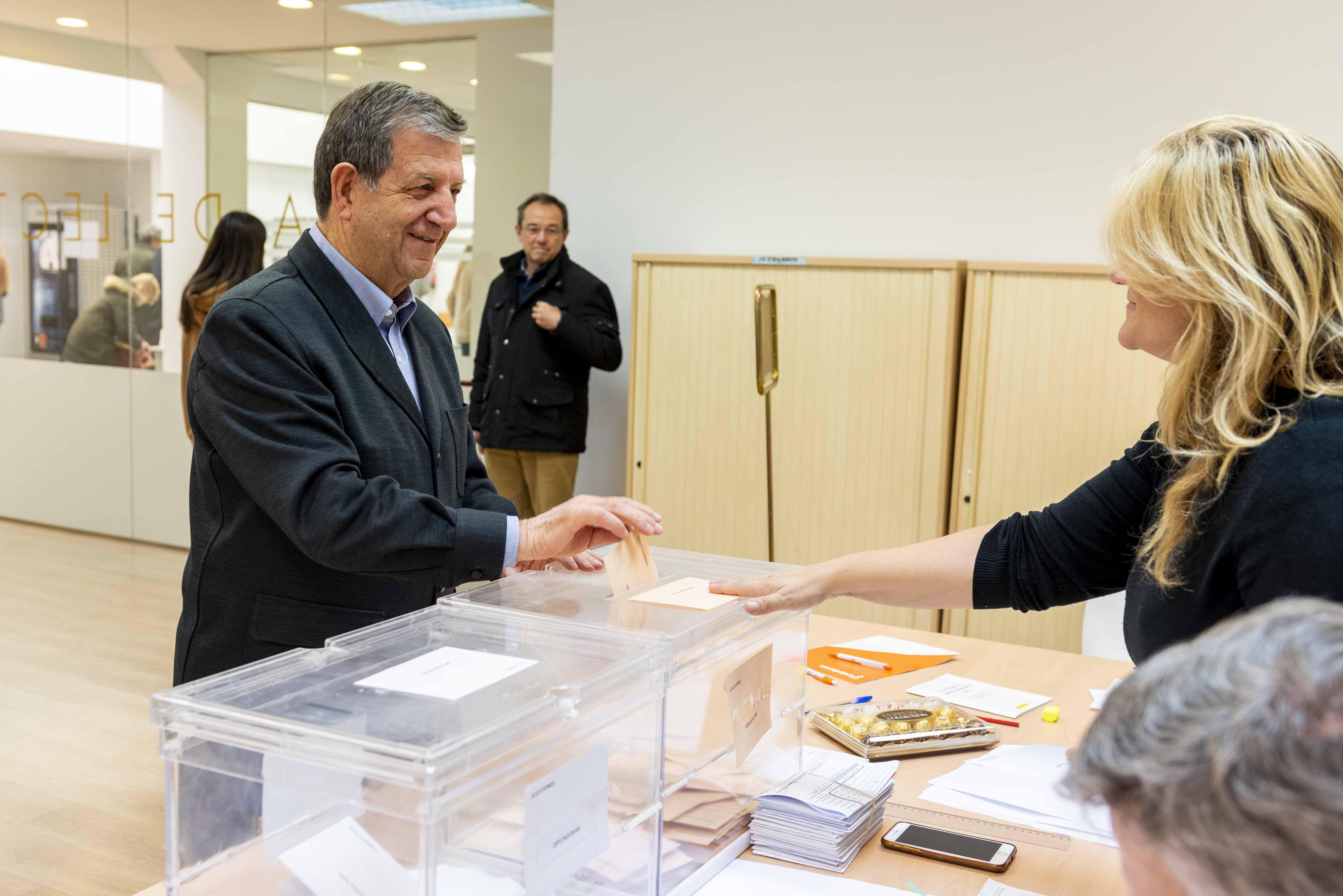 El alcalde, Luis Partida, votando.