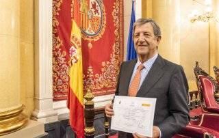 El alcalde, Luis Partida, con el galardón de la FEMP recibido en el Senado.