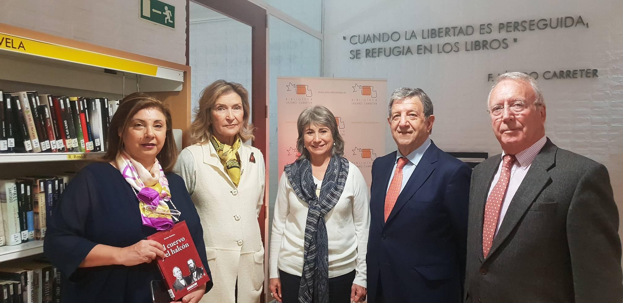 El alcalde y el concejal de Hermanamientos junto a la escritora y responsables de la ACH.