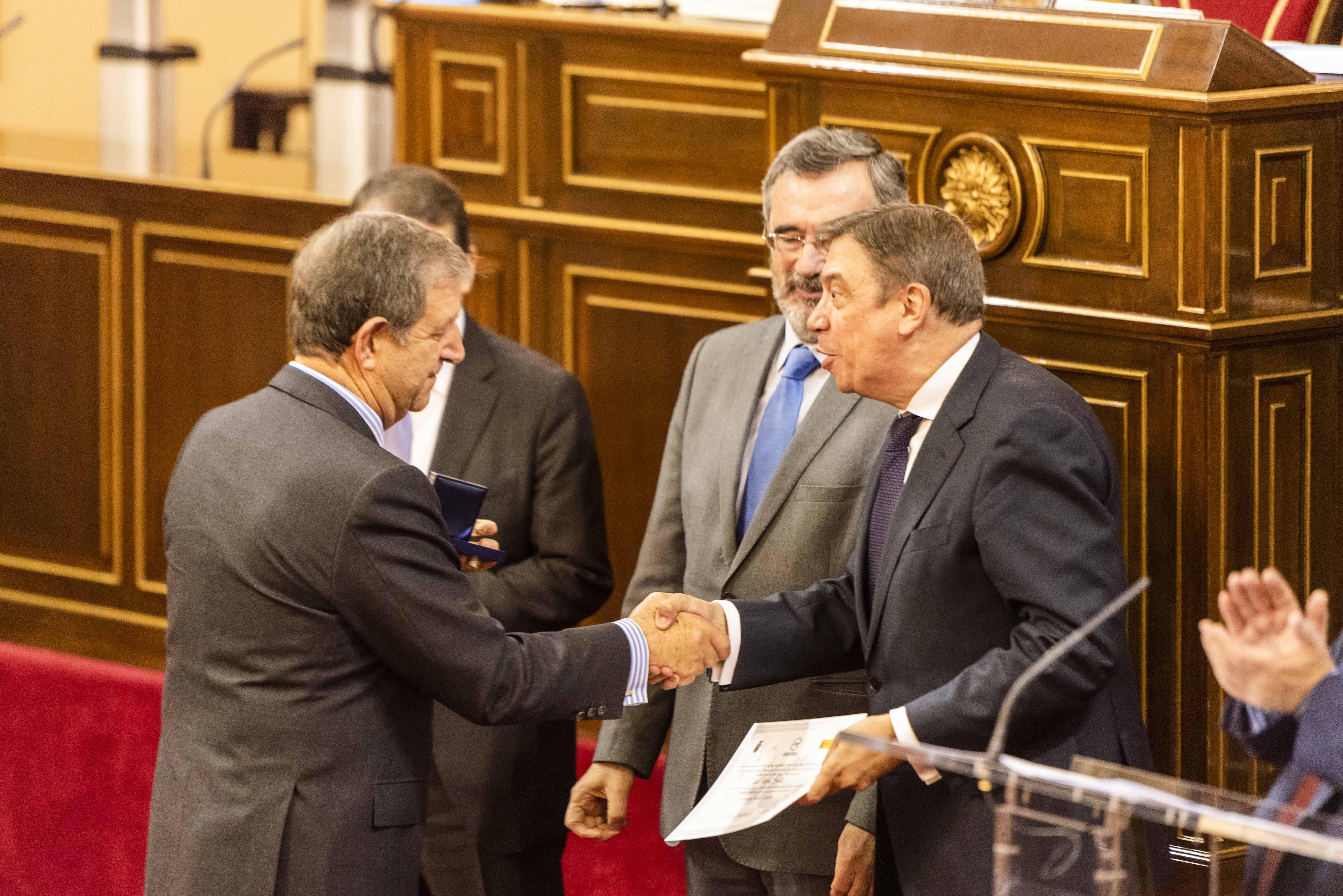 Momento de entrega del galardón de la FEMP al alcalde por el Ministro de Política Territorial en funciones.
