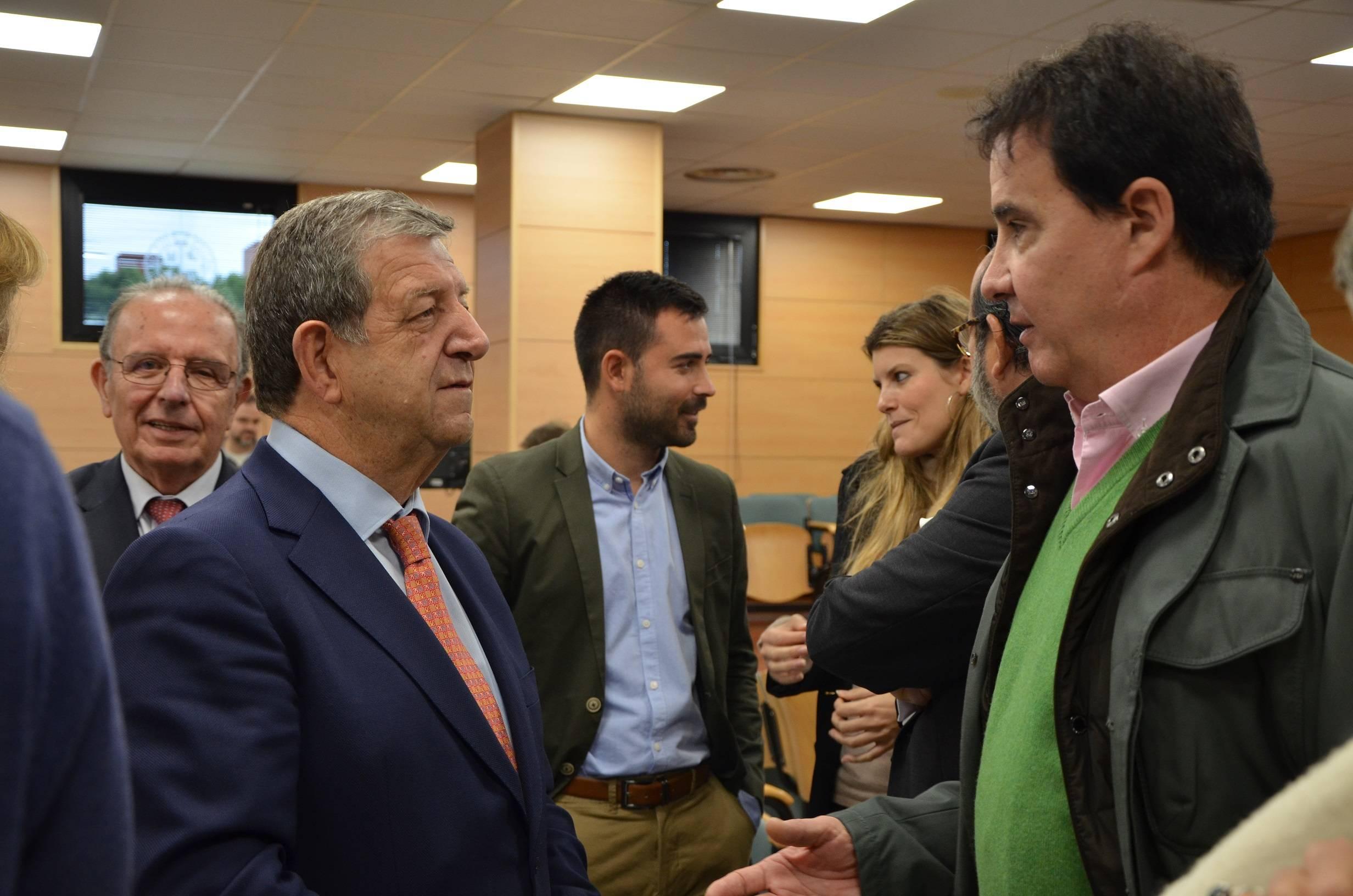 El alcalde conversando con el periodista José Ramón de la Morena.