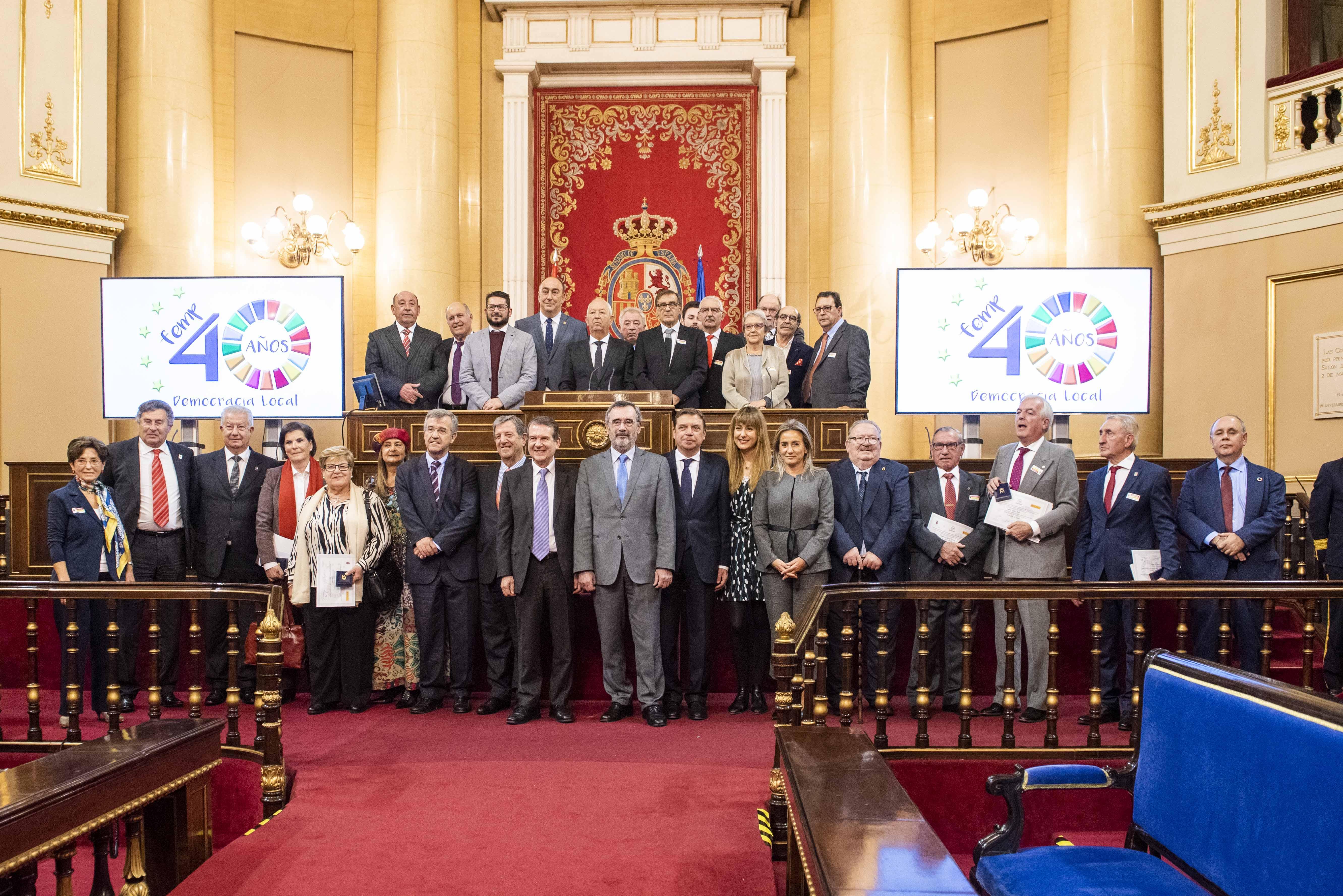 Foto de familia del Acto Homenaje al Municipalismo celebrado en el Senado.