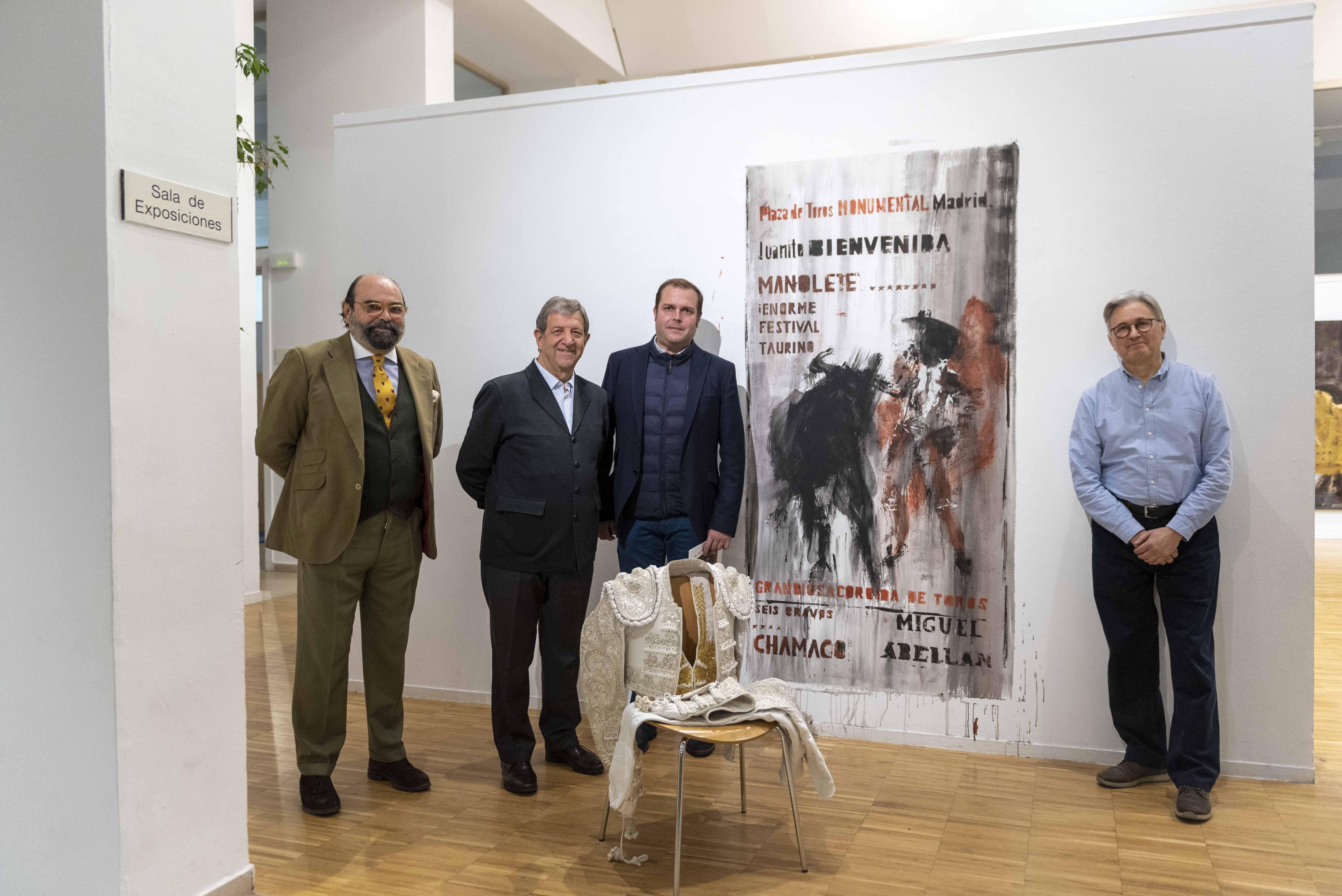 El alcalde y el concejal de Cultura, junto al representante del Consejo de Asuntos Taurinos y el pintor Montesol.
