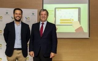 El concejal de Nuevas Tecnologías, José Luis López Serrano, y el alcalde, Luis Partida, durante el acto de presentación de la nueva página web.