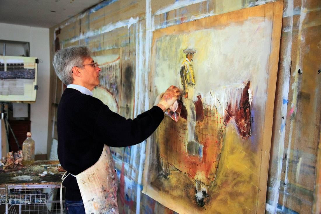 Javier Montesol pintando en su estudio.