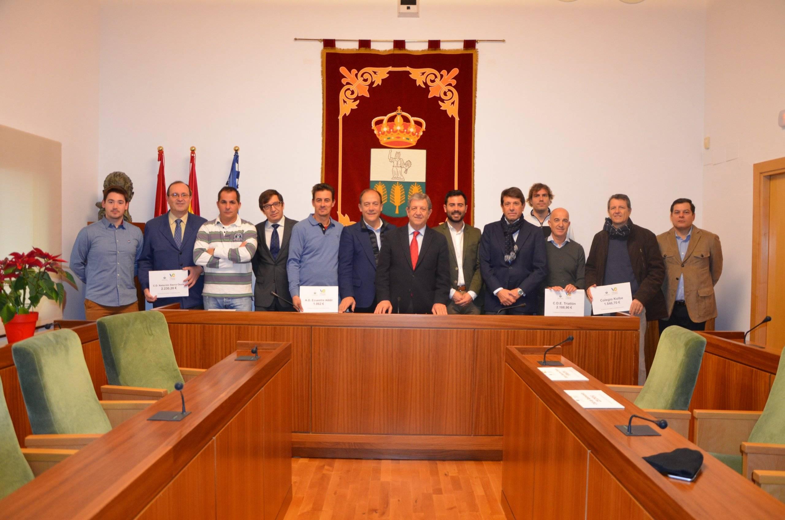 El alcalde, Luis Partida, junto al teniente de alcalde, Enrique Serrano, el concejal de Deportes, Ignacio González, y los representantes de los ocho clubes deportivos del municipio.