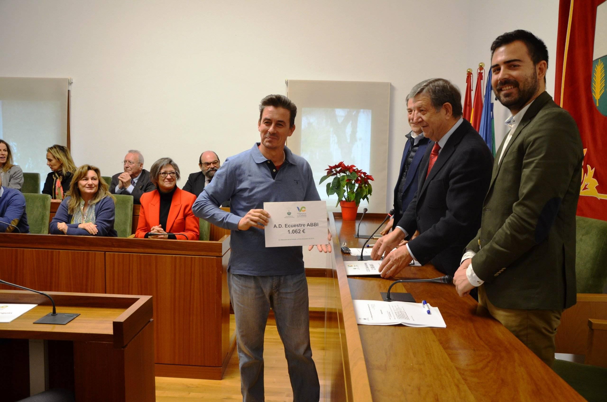 El representante del Asociación Deportiva Ecuestre ABBI recogiendo la subvención.