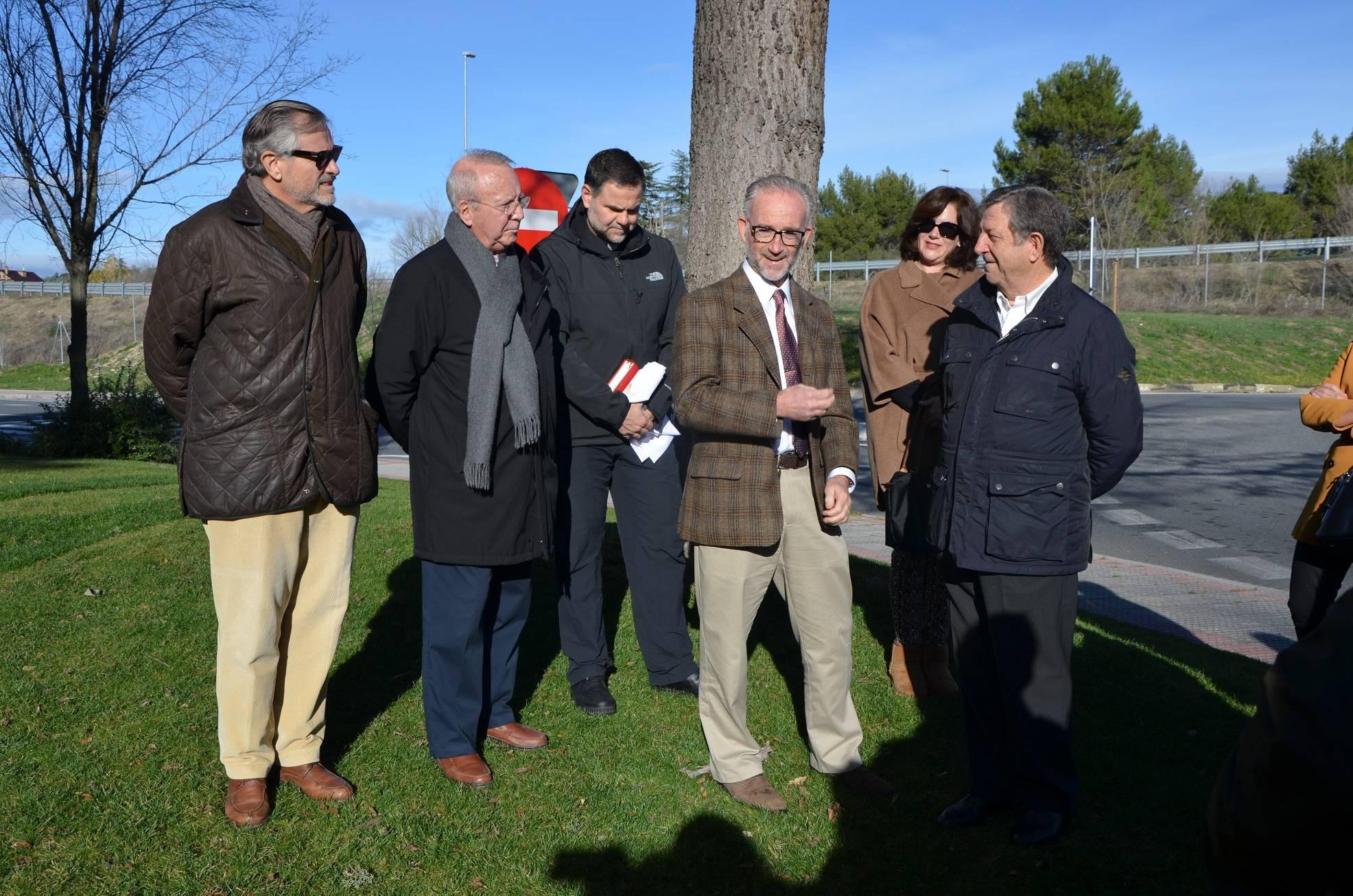 El alcalde, Luis Partida, acompañado de miembros de la comunidad de propietarios de la urbanización y promotores de la iniciativa.