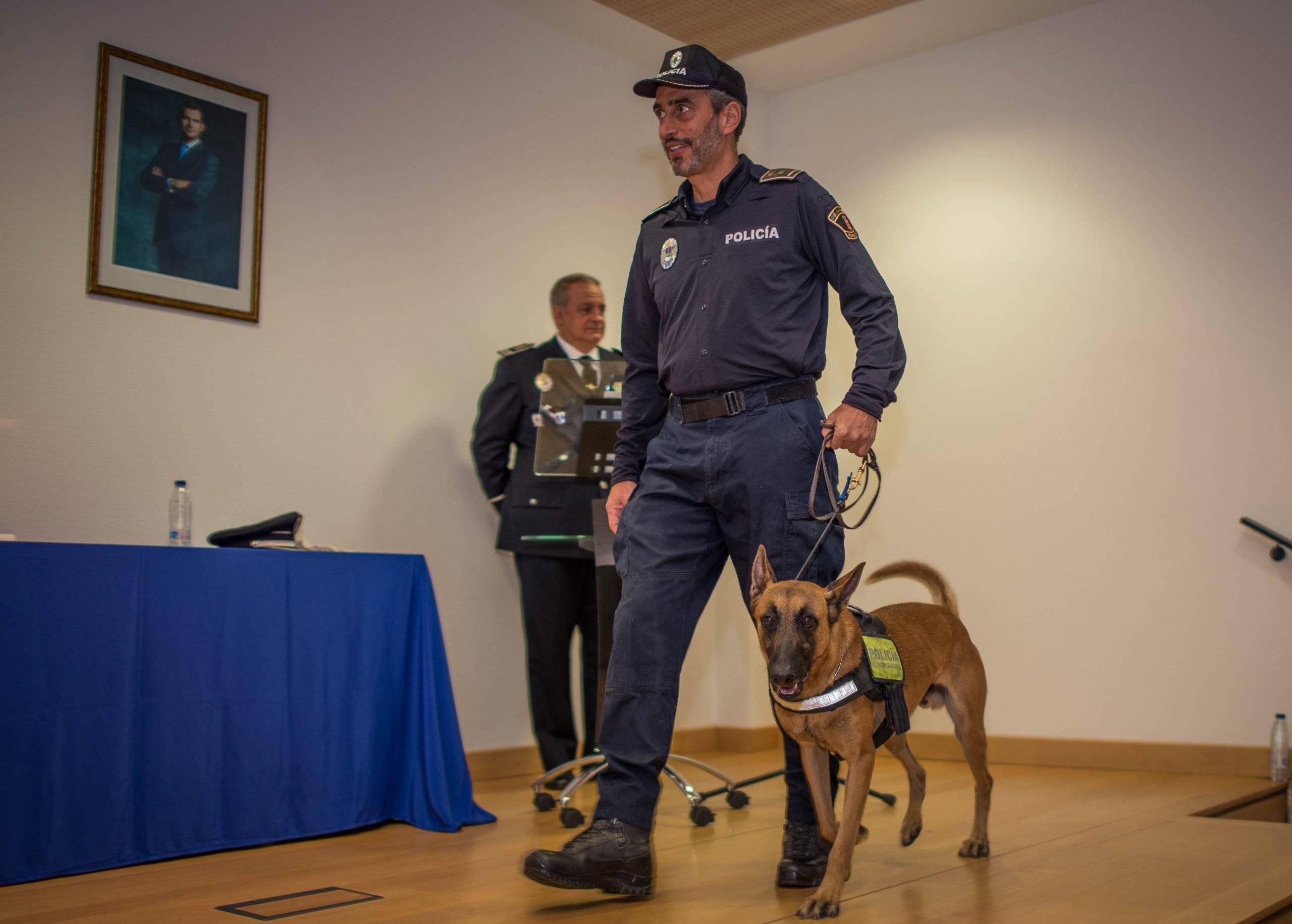 El cabo Pascual Zaballos y Drago, de la Unidad Canina villanovense, subiendo al escenario.