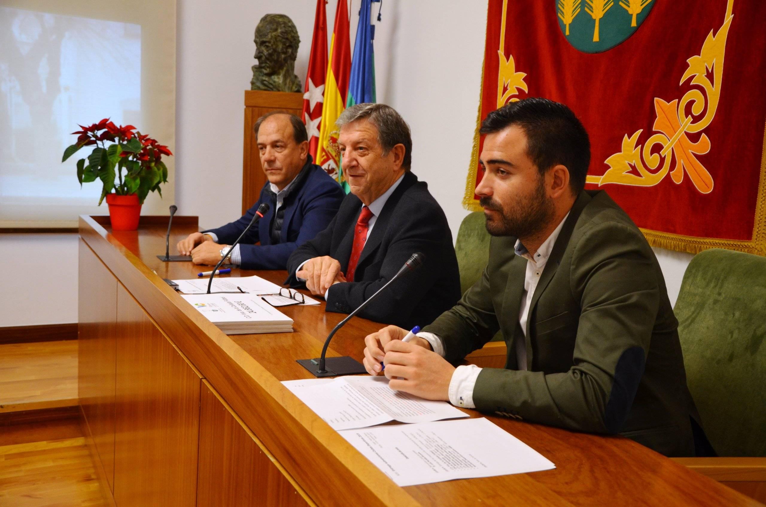 El alcalde, Luis Partida, junto al teniente de alcalde, Enrique Serrano y el concejal de Deportes, Ignacio González.