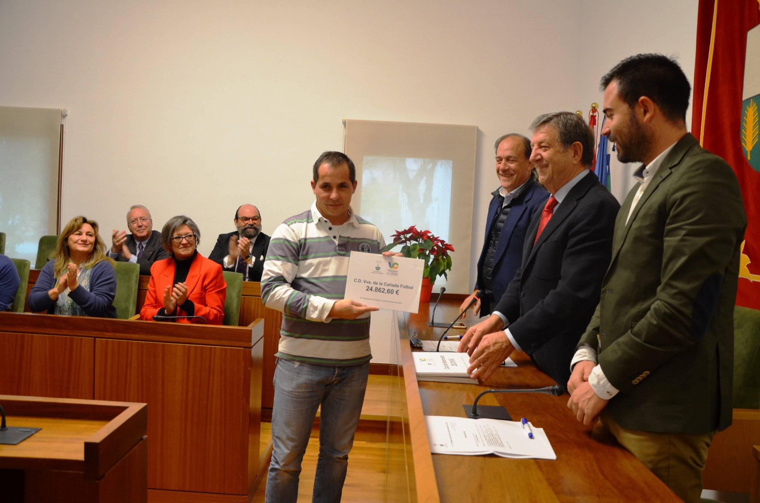 El representante del C.D. Vva. de la Cañada de Fútbol recogiendo la subvención.