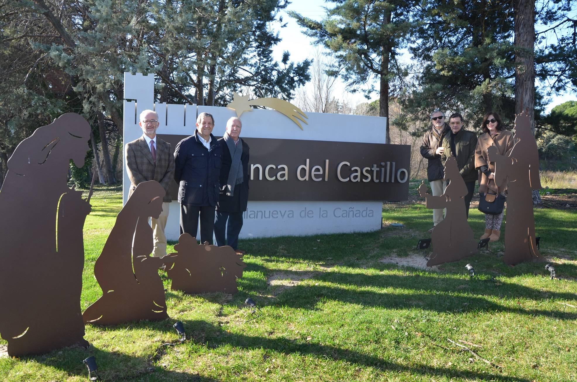 El alcalde, Luis Partida, y el concejal de Urbanizaciones, Manuel Ayora, junto al diseñador del nacimiento y miembros de la comunidad de propietarios de la urbanización.