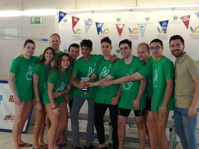 El concejal de Deportes con miembros del Club de natación de Villanueva de la Cañada.