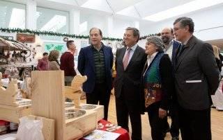 El alcalde y autoridades locales durante la inauguración del Mercado de Navidad