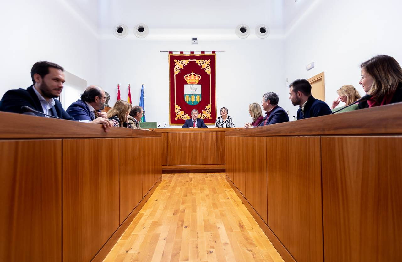 El alcalde y concejales durante el acto.