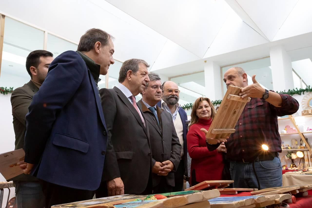 Autoridades locales visitando los puestos del Mercado Navideño del C.C. La Despernada.
