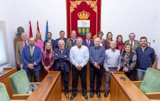 Foto de familia de los homenajeados junto al alcalde y miembros de la Corporación Municipal.