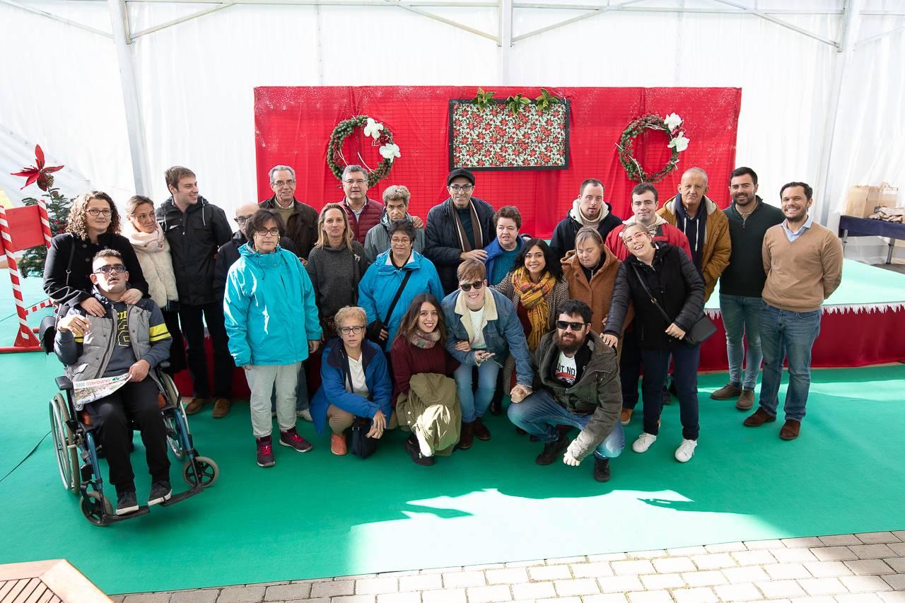 Concejales del municipio con miembros de la fundación Jardines de España.