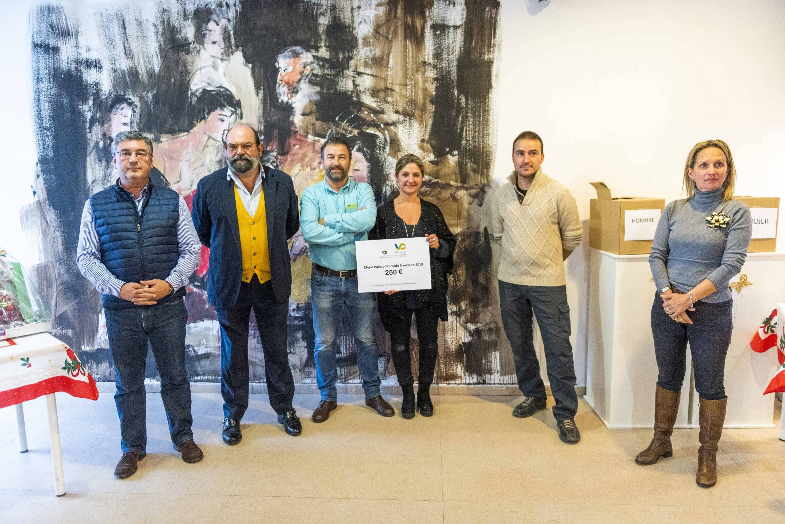 Concejales del municipio con los premiados al Mejor Puesto del Mercado Navideño.