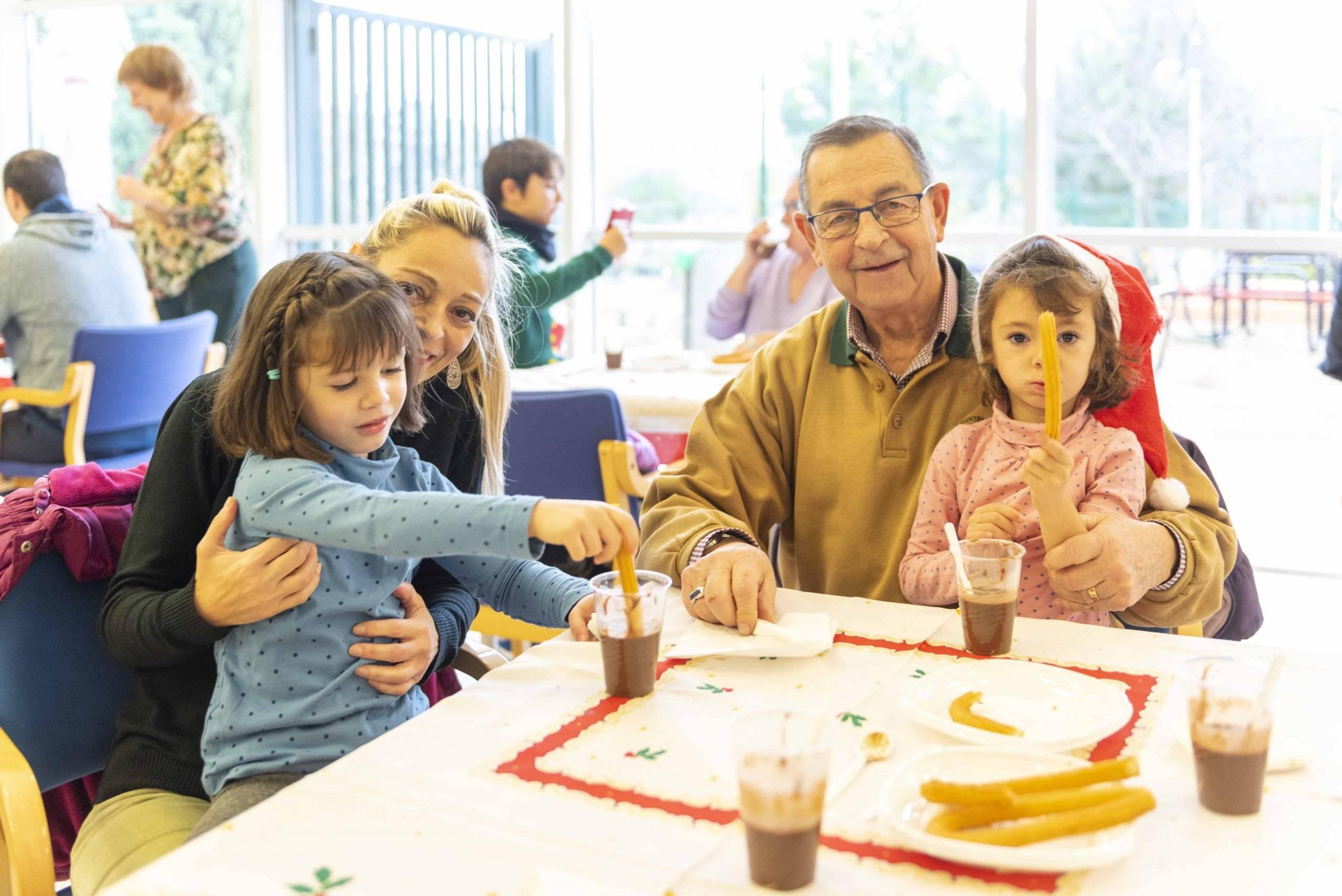 """Asistentes a la """"Jornada para abuelos y nietos""""."""