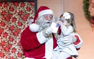 Papá Noel con una de las niñas asistentes.