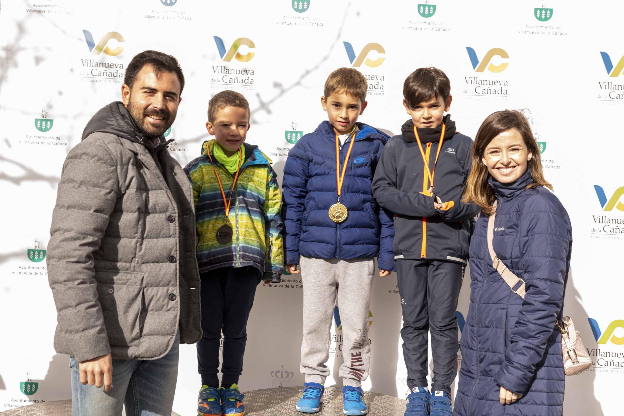 Imagen de los premiados en la VII Carrera de Navidad Solidaria acompañados por autoridades locales.
