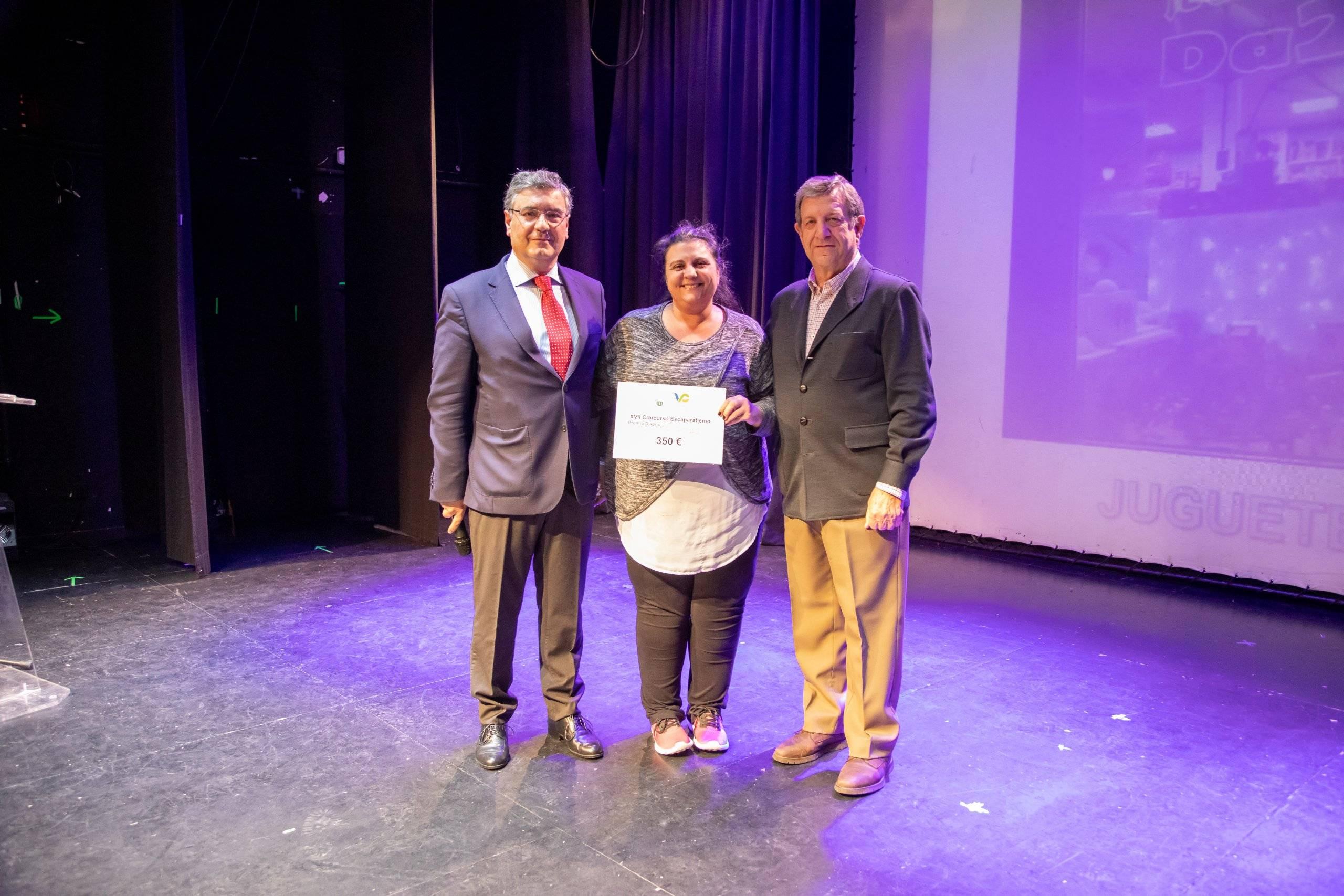 """El alcalde, Luis Partida, y el concejal de Desarrollo Local, Juan Miguel Gómez, entregando el premio a la representante de """"Da2""""."""