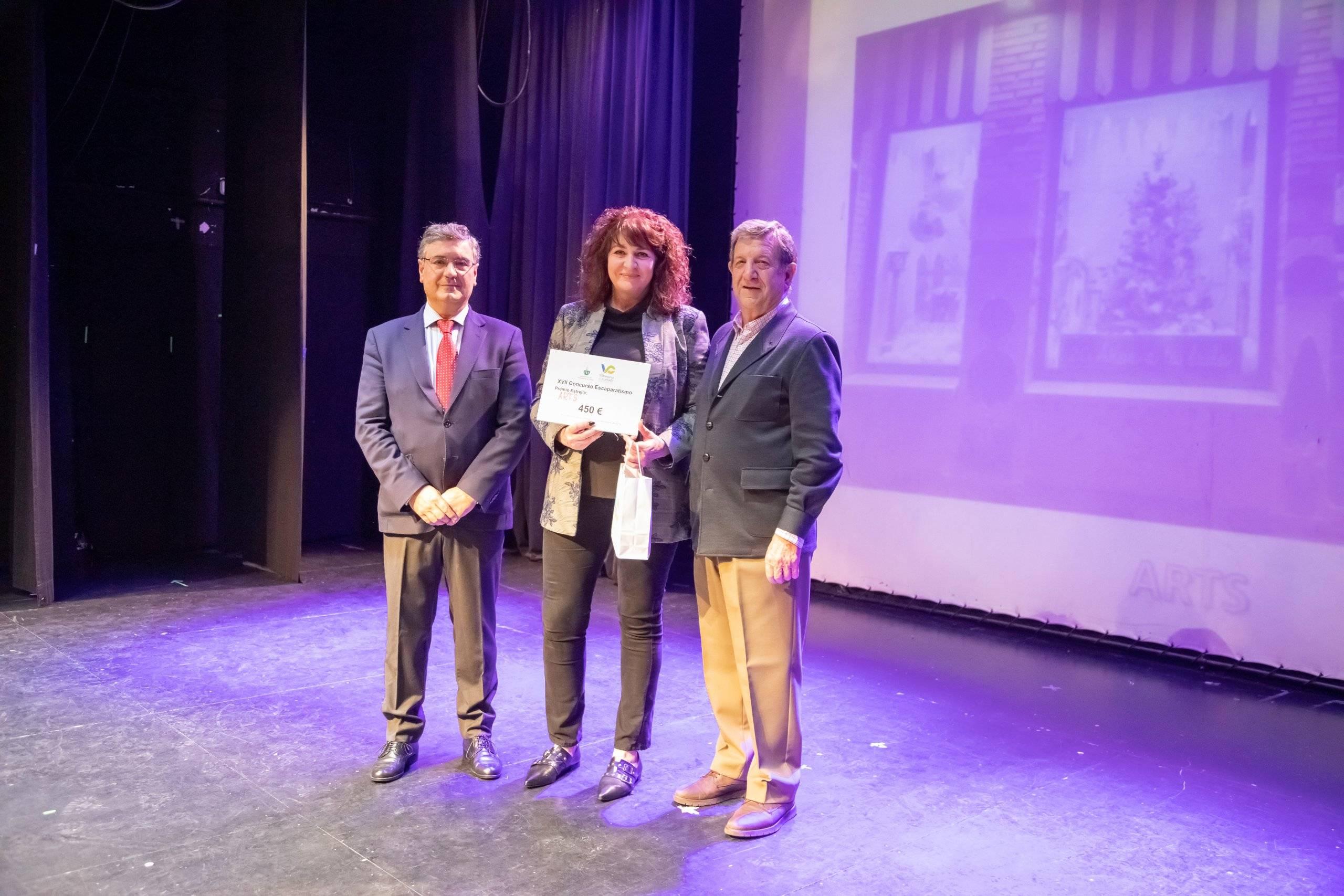 """El alcalde, Luis Partida, y el concejal de Desarrollo Local, Juan Miguel Gómez, entregando el premio a la representante de """"Arts""""."""