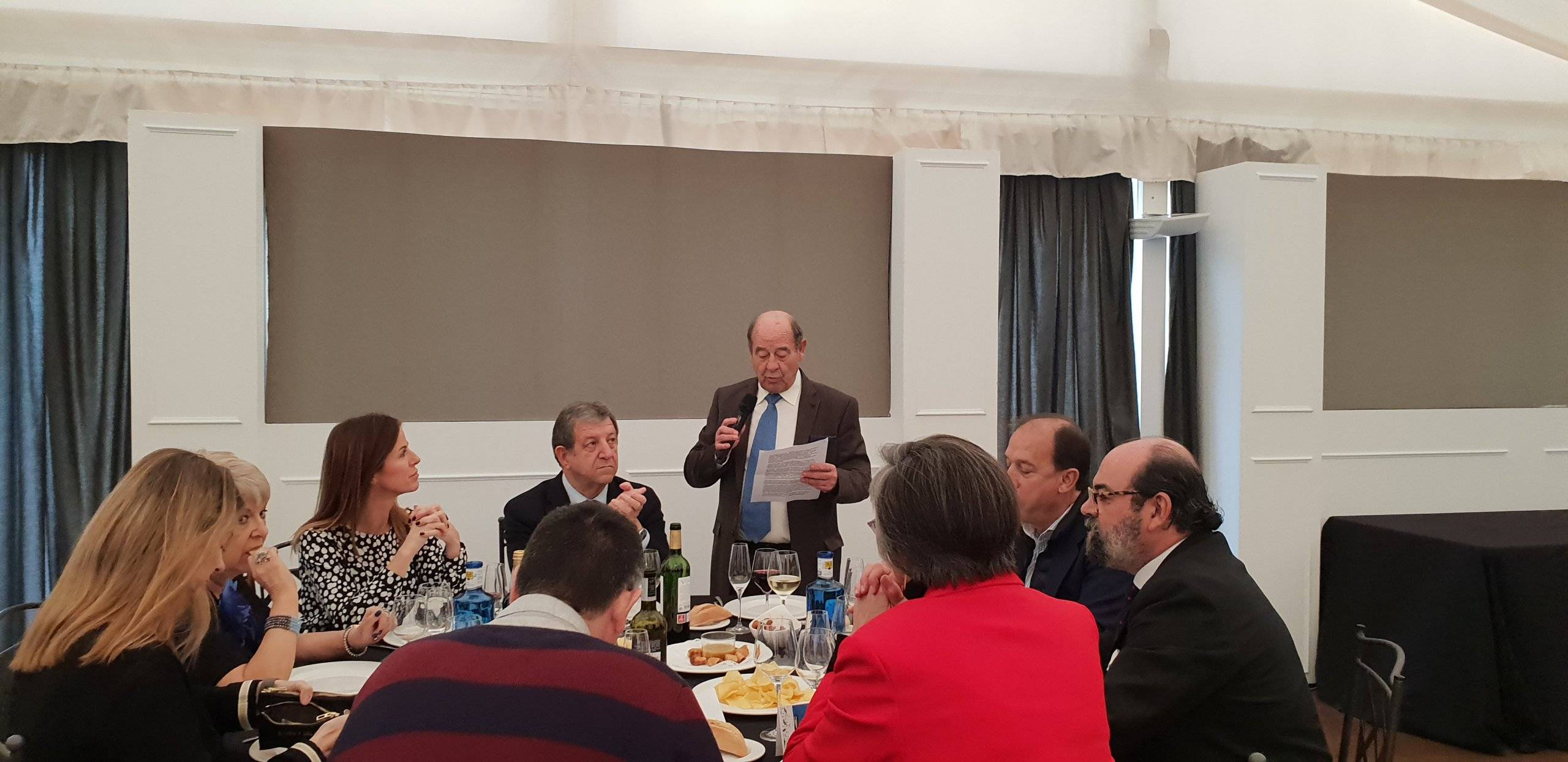 El alcalde, Luis Partida, y concejales escuchando la intervención del presidente de la Asociación de Mayores del municipio , Enrique Gutiérrez.