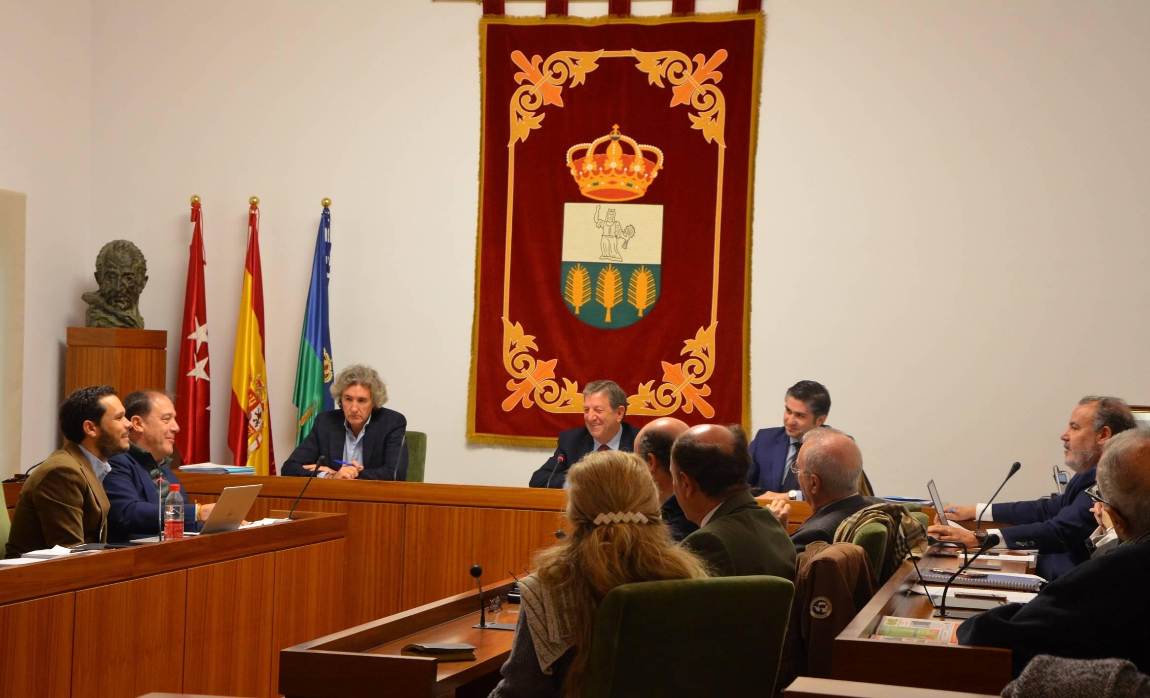 El alcalde y concejales en el pleno.