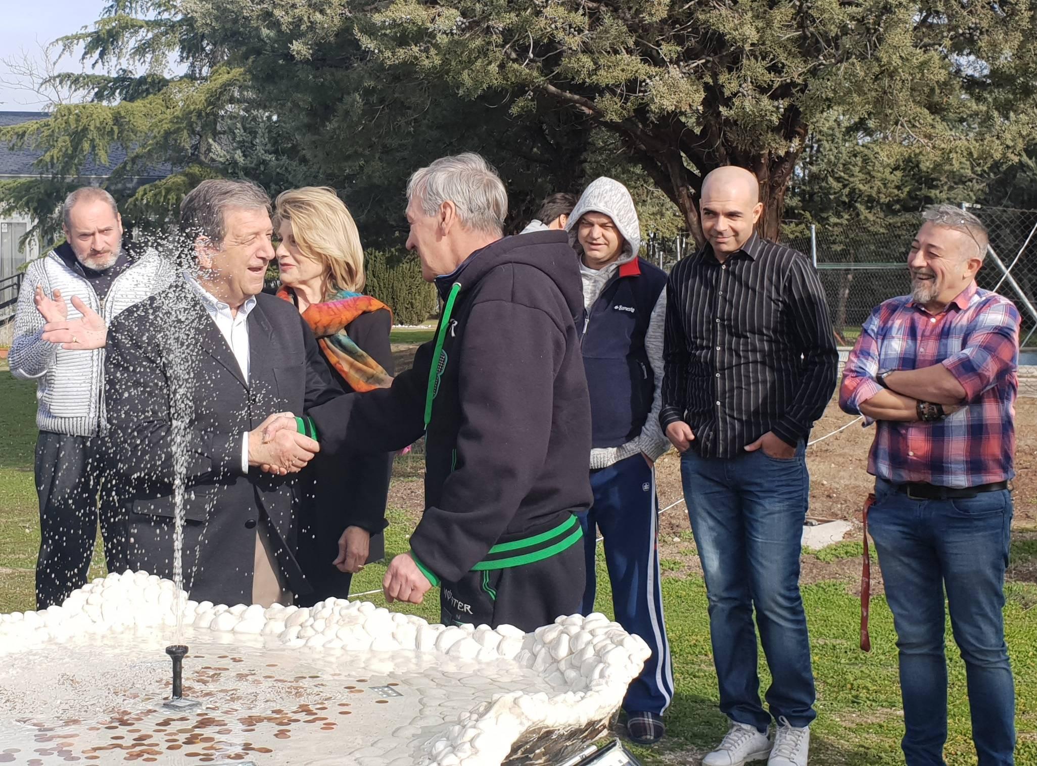 El alcalde, Luis Partida, con miembros de la fundación.