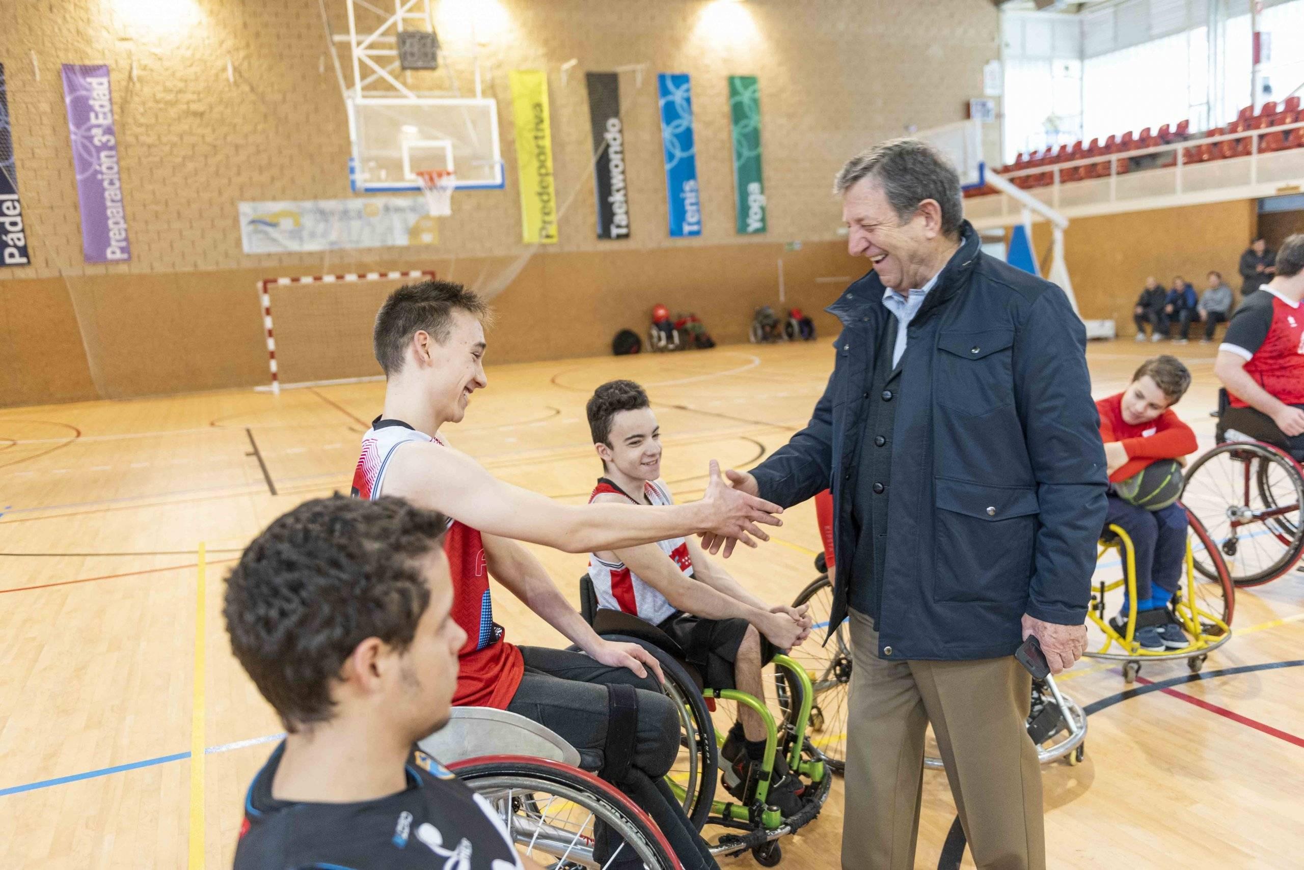El alcalde, Luis Partida, saludando a los integrantes del equipo de baloncesto.